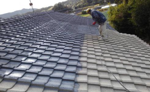 屋根のセメント瓦に下地補修用の特殊な塗装をすれば、凸凹が減り、汚れが溜まりづらくなり、塗装が長持ちします!