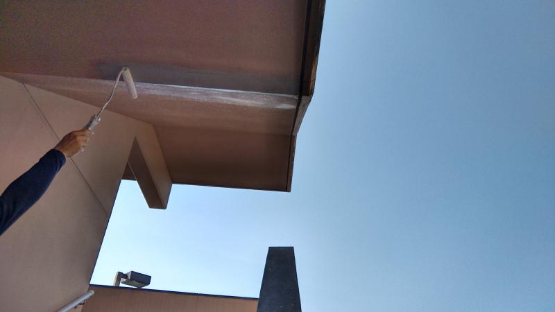南大隅町 団地の部分塗装 (プライマーを塗布する様子)